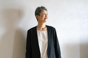 シニア世代日本人キャリアウーマンのポートレートの写真素材 [FYI04873142]