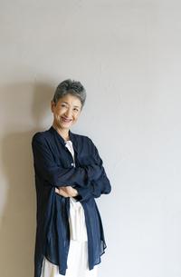 腕組みをする笑顔の日本人シニア女性の写真素材 [FYI04873146]