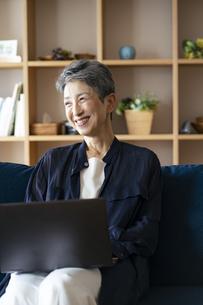 ノートパソコンを操作する日本人シニア女性の写真素材 [FYI04873148]