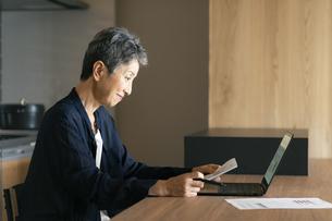 テレワークをする日本人シニア女性の写真素材 [FYI04873151]
