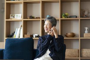 スマートフォンで話す日本人シニア女性の写真素材 [FYI04873158]
