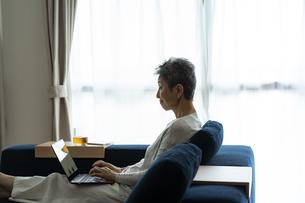 ノートパソコンを操作する日本人シニア女性の写真素材 [FYI04873160]