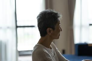 日本人シニア女性の横顔の写真素材 [FYI04873166]