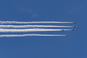都心の上空を飛行するブルーインパルスの写真素材 [FYI04873198]