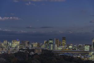 東京の高層ビル群と新国立競技場の夜景の写真素材 [FYI04873202]