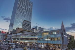 新宿駅南口駅前とバスタ新宿とミライナタワーの写真素材 [FYI04873204]