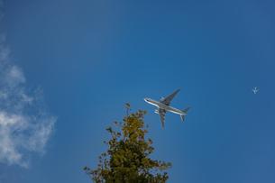 東京上空を飛行する旅客機と青空の写真素材 [FYI04873211]