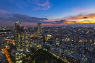 都庁展望台より望む高層ビルと夕焼けの写真素材 [FYI04873212]
