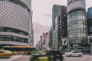 銀座四丁目交差点の風景と行き交う車の写真素材 [FYI04873213]
