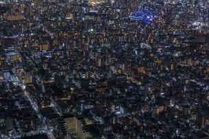 東京スカイツリーから望む東京都江東区の街並みの夜景の写真素材 [FYI04873221]