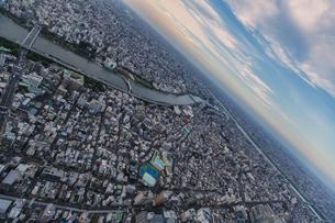 東京スカイツリーから望む東京の街並みと隅田川の写真素材 [FYI04873224]