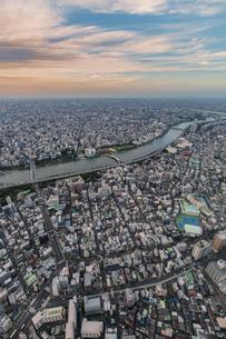 東京スカイツリーから望む東京の街並みと隅田川の夕景の写真素材 [FYI04873226]