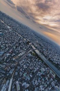 東京スカイツリーから望む東京の街並みと隅田川の夕景の写真素材 [FYI04873230]