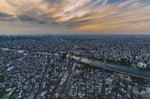 東京スカイツリーから望む東京の街並みと隅田川の夕景の写真素材 [FYI04873231]