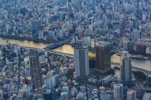 東京スカイツリーから望む浅草方面の街並みと隅田川の写真素材 [FYI04873235]