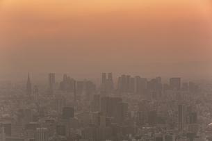 東京スカイツリーから望む都心の高層ビル群の夕景の写真素材 [FYI04873236]