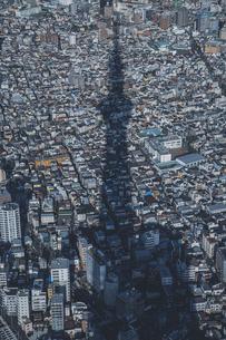 東京スカイツリーのシルエットと東京の街並みの写真素材 [FYI04873245]