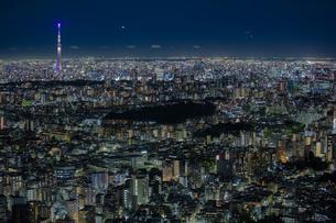 東京の街並みと東京スカイツリーの夜景の写真素材 [FYI04873246]