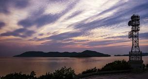 美しい夕暮れ時、瀬戸大橋の与島展望台から塩飽諸島(瀬戸内海の離島)を一望の写真素材 [FYI04873251]