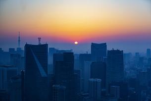 東京都心の朝焼けの写真素材 [FYI04873368]