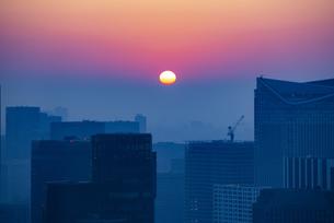 東京都心の朝焼けの写真素材 [FYI04873369]