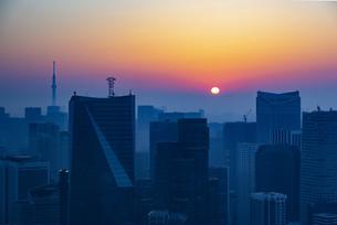 東京都心の朝焼けの写真素材 [FYI04873370]