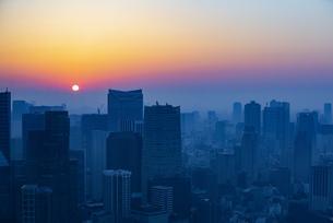 東京都心の朝焼けの写真素材 [FYI04873371]