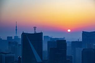東京都心の朝焼けの写真素材 [FYI04873372]