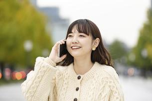 スマートフォンで通話する女性の写真素材 [FYI04873384]