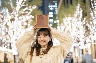 プレゼントを持つ女性の写真素材 [FYI04873444]