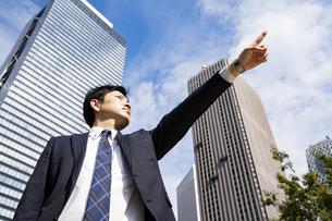 青空とビジネスマンの写真素材 [FYI04873447]