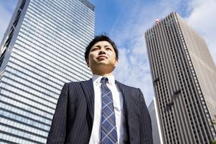 青空とビジネスマンの写真素材 [FYI04873448]