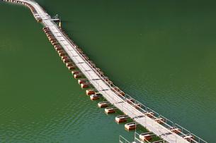 奥多摩湖に浮かぶ麦山浮橋の写真素材 [FYI04873599]