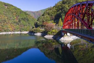 秋の奥多摩湖にかかる峰谷橋の写真素材 [FYI04873613]