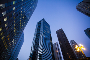 夕暮れの新宿のオフィスビル群の写真素材 [FYI04873780]
