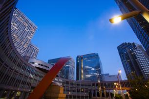 夕暮れの新宿のオフィスビル群の写真素材 [FYI04873783]