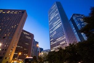 夕暮れの新宿のオフィスビル群の写真素材 [FYI04873785]