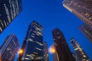 夕暮れの新宿のオフィスビル群の写真素材 [FYI04873790]