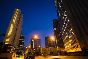 夕暮れの新宿のオフィスビル群の写真素材 [FYI04873811]