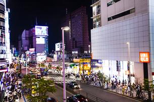 新宿駅西口の夜景の写真素材 [FYI04873824]