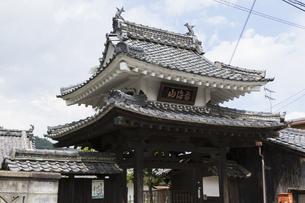 円満寺の山門の写真素材 [FYI04873963]