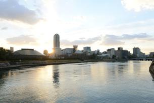 広島市の街並みと太田川 日の出の写真素材 [FYI04873973]
