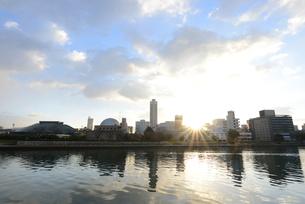 広島市の街並みと太田川 日の出の写真素材 [FYI04873974]