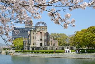 原爆ドームと元安川 桜の写真素材 [FYI04873980]