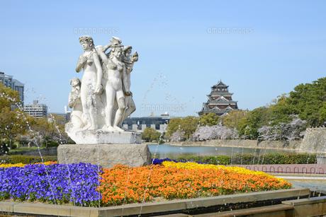 花の精像の噴水と広島城天守の写真素材 [FYI04873988]