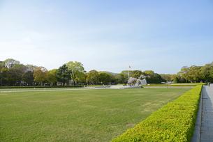 広島平和記念公園の芝生広場と慰霊碑の写真素材 [FYI04873989]