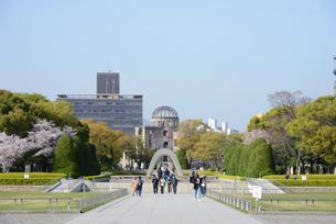 広島平和記念公園の慰霊碑と原爆ドームの写真素材 [FYI04873990]