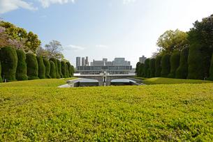 広島平和記念公園の慰霊碑と資料館の写真素材 [FYI04873994]