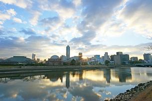 広島市の街並みと太田川(本川)日の出の写真素材 [FYI04873995]