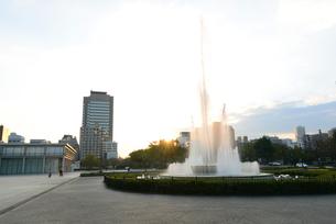 広島平和記念公園前の祈りの泉と朝日の写真素材 [FYI04873996]